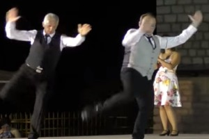 """Κορυφαίο ζεϊμπέκικο: 3 άνδρες χόρεψαν και """"τρέλαναν"""" τους πάντες! 450.000 προβολές σε λίγες ώρες"""