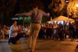Ο ηθοποιός… απόλυτο αρσενικό χορεύει ζεϊμπέκικο στη μέση της πλατείας και ξεσηκώνει όλο τον κόσμο