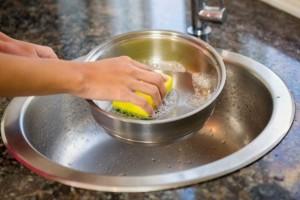 Δεν πρόσεξε στο μαγείρεμα και κατέστρεψε την κατσαρόλα της: Δοκίμασε το κόλπο με τη μαγειρική σόδα και τότε…