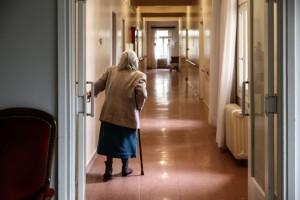 """Κορωνοϊός: Γηροκομείο βρήκε τρόπο να """"αγκαλιάζονται"""" οι ασθενείς με ασφάλεια"""