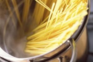 Τεράστια προσοχή πριν βάλετε τα μακαρόνια στην κατσαρόλα: Μπορεί να σας καταστρέψει τη συνταγή αυτή η μοιραία κίνηση