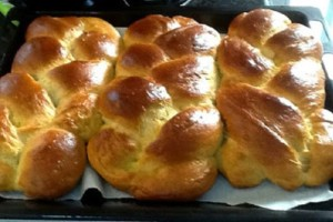 Ακόμα και μετά από μέρες παραμένουν φρέσκα: Τσουρέκια με ζαχαρούχο γάλα και πορτοκάλι