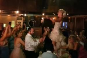 «Σεισμός» στο γάμο: Η νύφη... τα πέταξε όλα και κόλασε το γαμπρό με το «μεθυστικό» της τσιφτετέλι