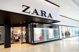 """""""Πανικός"""" με τις προσφορές των ZARA: Αγόρασε δερμάτινο φόρεμα μόνο με 17,99€"""
