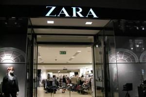Πανζουρλισμός με τις εκπτώσεις των Zara: Αγοράστε πουλόβερ με ζώνη μόνο με 17,99€ από 29,95