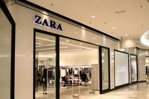 """ZARA: """"Τρέξτε"""" να προλάβετε την μπλούζα που θα απογειώσει το στυλ σας σε τιμή σοκ"""