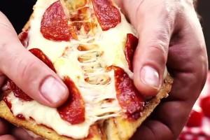 Δείτε πως να φτιάξετε τη δική σας υπέροχη πίτσα με ψωμάκια του τοστ και δεν θα ξανά παραγγείλετε ποτέ απ' έξω!