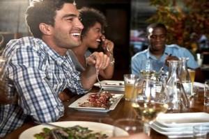 Πέντε τροφές που δεν πρέπει να φας πριν πιείς αλκοόλ