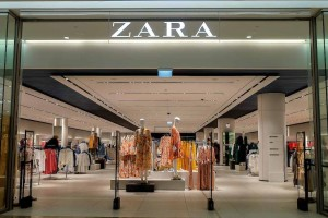 ZARA: Πανζουρλισμός για αυτό το φόρεμα που κοστίζει κάτω από 20 ευρώ