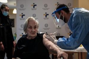 """Κορωνοϊός: """"Ανοίγουν"""" τα ραντεβού για τον εμβολιασμό των ατόμων από 80 έως 84 ετών"""