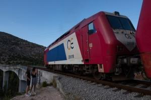"""Βέροια: Τρένο προσέκρουσε σε βράχια - Στιγμές """"θρίλερ"""" για τους επιβάτες"""