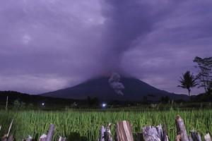 """Συναγερμός στην Ινδονησία: Εξερράγη το ηφαίστειο Σεμέρου - Σε """"κόκκινο"""" συναγερμό οι κατοικημένες περιοχές (video)"""