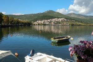 Η φωτογραφία της ημέρας: Περπατώντας δίπλα στη λίμνη Καστοριάς!