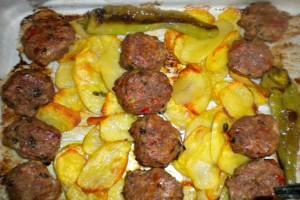Κεφτεδάκια με πατάτες στη λαδόκολλα σκέτη κόλαση!