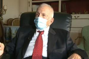 Κορωνοϊός: «Αδυναμία μου είναι να κυνηγάω γυναίκες» δηλώνει 97χρονος που έκανε το εμβόλιο (Video)