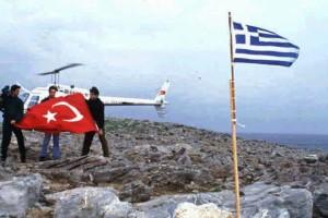 """Σαν σήμερα - """"Κρίση των Ιμίων"""": Η σοκαριστική στιγμή που δύο Τούρκοι δημοσιογράφοι κατεβάζουν την ελληνική σημαία (video)"""