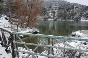 """Απίθανες εικόνες με τη λίμνη Μπελέτσι """"ντυμένη"""" στα λευκά! (vdieo)"""