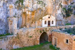 """Κρήτη: Η παλαιότερη μονή που είναι """"χωμένη"""" σε φαράγγι - Εντυπωσιακές εικόνες"""