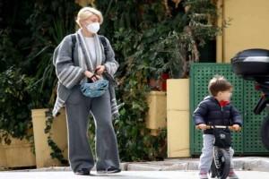 Λαμπερή μητέρα η Σία Κοσιώνη: Στο κέντρο της Αθήνας μαζί με τον γιο της!