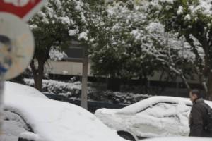 Χιονίζει στο κέντρο της Αθήνας