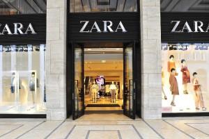 ZARA: Το κατάλληλο φόρεμα για όλες τις περιστάσεις σε τιμή σοκ!