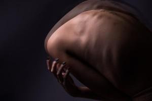 «Στεγόσαυρος»: Ένας συγκλονιστικός θεατρικός μονόλογος για τη μάχη με την νευρική ανορεξία