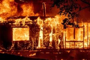 """Οικογενειακή τραγωδία: Ηλικιωμένη γυναίκα και τα εγγόνια της """"έχασαν"""" τη ζωή τους από φωτιά που άναψαν"""