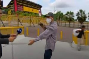Απίστευτο περιστατικό: Ρεπόρτερ πέφτει θύμα ληστείας σε ζωντανή σύνδεση (video)