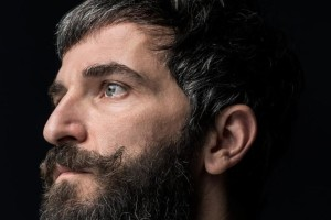 Ο Άρης Σερβετάλης μεταμορφώνεται σε «Ριχάρδο Β'» για τρεις online παραστάσεις