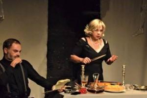 «Τάρτα Ροδάκινο»: Το θεατρικό έργο του Μηνά Βιντιάδη πάει στο Ηράκλειο μέσω διαδικτύου