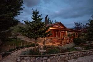 Καλάβρυτα: Ο Τάσος Δούσης μας προτείνει έναν μαγευτικό ξενώνα μέσα σε αγρόκτημα!