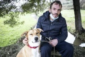 """Άστεγος άντρας αρνείται να ανταλλάξει τον σκύλο του για ένα σπίτι: """"Δεν πρόκειται για χρήματα αλλά για αυτόν"""""""