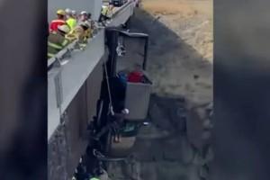 Εικόνες που κόβουν την ανάσα: Αυτοκίνητο κρέμεται στο κενό μετά από πτώση
