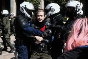 Ένταση στη συγκέντρωση για τον Δημήτρη Κουφοντίνα στο Σύνταγμα - Προσήχθη ο γιος του Έκτορας