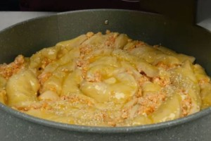 Εύκολη τυρόπιτα φόρμας με ζύμη γιαουρτιού