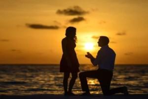 Γιατί οι άντρες κάνουν πρόταση γάμου γονατιστοί;