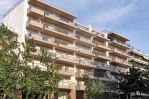 Θεσσαλονίκη: Κατέβηκε ο άνδρας που απειλούσε να πέσει στο κενό από τον έκτο όροφο (video)
