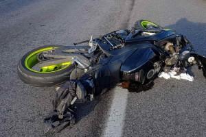 """Τροχαίο στη Πάτρα: Άνδρας """"καρφώθηκε"""" με τη μηχανή του πάνω σε αυτοκίνητο"""