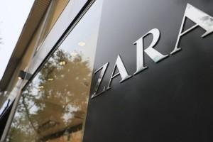 ZARA: Αγοράστε κοντή φόρμα με φαρδύ μανίκι σε σούπερ τιμή