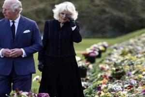 Βαθιά συγκινημένοι Κάρολος και Καμίλα μπροστά στο βωμό λουλουδιών στην μνήμη του πρίγκιπα Φίλιππο (photos)