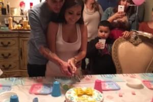 Έγκυος νομίζει πως η έκπληξη είναι το φύλο του μωρού της - Μόλις όμως έκοψε την τούρτα... (Video)