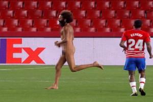 Europa League: «Τσίτσιδος» άνδρας εισέβαλε στο γήπεδο την ώρα του Γρανάδα-Μάντσεστερ Γιουνάιντεντ (Video)
