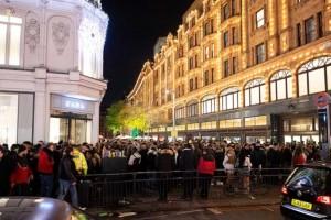 Λονδίνο: Χαμός έξω από τα Harrods - Πλήθος κόσμου χωρίς μάσκες έκλεισε το δρόμο (video)