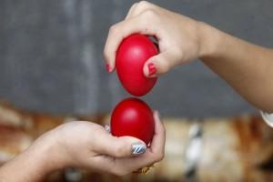 Πάσχα: Έτσι θα σπάσετε όλα τα αυγά των «αντιπάλων» - Οδηγίες από μια ειδική επί του τσουγκρίσματος! (Video)