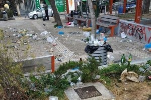 «Χωματερή» η πλατεία Βαρνάβα μετά το κορωνοπάρτι