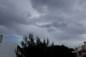 Συννεφιασμένος ο καιρός σήμερα: Τοπικές βροχές και πτώση της θερμοκρασίας