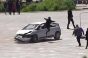 Θρίλερ στα Τίρανα: Οδηγός σκόρπισε τον τρόμο σε πλατεία! Άρχισε να πέφτει με μεγάλη ταχύτητα... παντού (video)