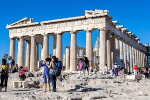 Το έγκλημα συνεχίζεται: Οι Έλληνες μένουν στο σπίτι και η κυβέρνηση «κόβει» την καραντίνα στους τουρίστες