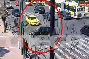 Τροχαίο στη Βουλή: Νέο βίντεο ντοκουμέντο - Καρέ-καρέ η στιγμή του δυστυχήματος που στοίχισε τη ζωή στον 23χρονο Ιάσονα