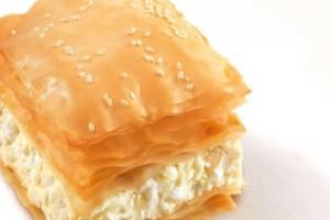 Εύκολη τυρόπιτα με 3 τυριά - Έτοιμη στο τσακ μπαμ